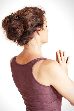 dieses Foto zeigt eine meditierende Frau